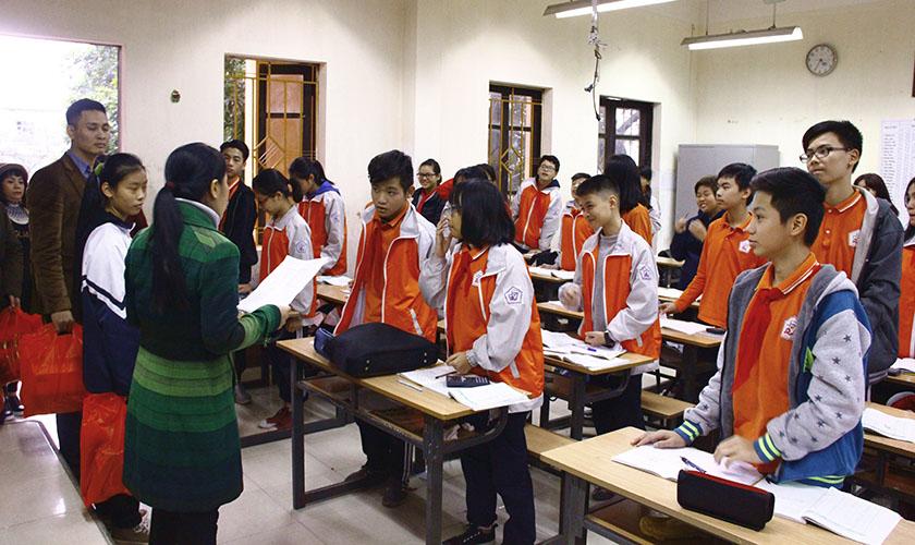 Thăm Và Tặng Quà Các Em Học Sinh Có Hoàn Cảnh Khó Khăn Trường THCS Nguyễn Trãi